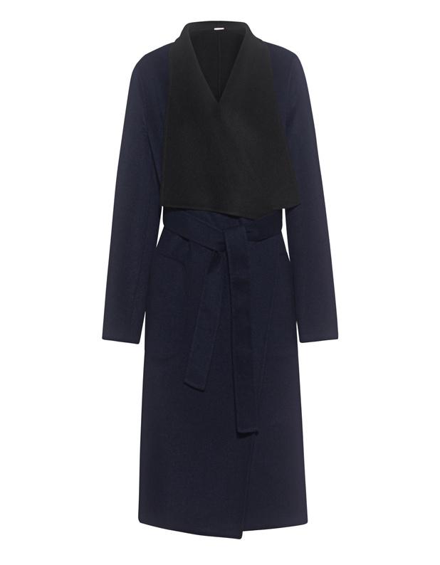 Artikel klicken und genauer betrachten! - Wendbarer Mantel Navy blauer und schwarzer tailliert geschnittener Wende-Mantel aus einem edlen Woll-Gemisch mit seitlichen Eingrifftaschen, Bindegürtel an der Taille sowie breitem Revers-Kragen.  Ob schick oder lässig gestylt - dieser Mantel ist das perfekte Everyday-Piece! | im Online Shop kaufen