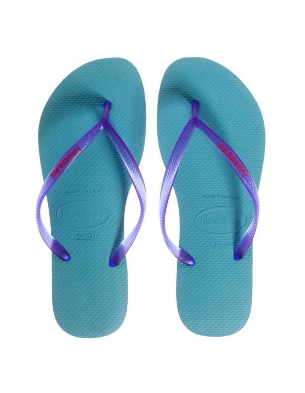 Artikel klicken und genauer betrachten! - Gummi-Zehensandalen Das brasilianische Schuhlabel Havaianas kreiert unsere neuen Lieblings-Sommer-Schuhe...  Wer einfache, bequeme und dennoch angesagte Sommer-Schuhe sucht, ist mit den türkisfarbenen Zehensandalen mit transparenten lilafarbenen Zehenstegen bestens beraten!  Perfekt für die richtig warmen Tage, den Strandurlaub oder das Schwimmbad! | im Online Shop kaufen