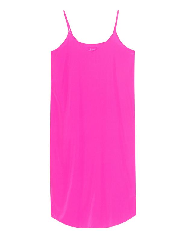 Artikel klicken und genauer betrachten! - Trägerkleid aus Seide Das schmal geschnittene knallig pinkfarbene Slip Dress ist aus einem luxuriösen Seiden-Stretch gefertigt und kommt mit filigranen, verstellbaren Trägern und dezentem V-Ausschnitt.  Ein supersexy Highlight - der Lingerie-Look ist absolut angesagt! | im Online Shop kaufen