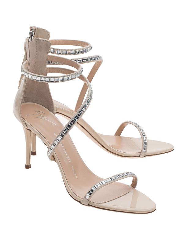 Artikel klicken und genauer betrachten! - Strasssteinbesetzte Sandaletten Nudefarbene Sandalette aus feinstem Glattleder mit schmalem Stiletto-Absatz, abgerundeter Spitze und feinen Leder-Riemen, die mit funkelnden Strasssteinen besetzt sind.  Diese glamourösen Begleiter ziehen garantiert bewundernde Blicke auf sich...   im Online Shop kaufen