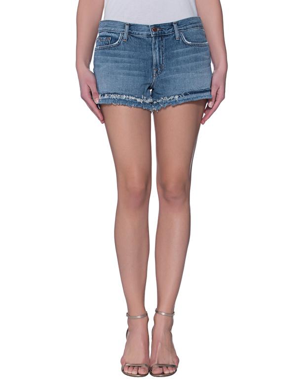Artikel klicken und genauer betrachten! - Ausgefranste Denim-Shorts  Die schmal geschnittene blaue Shorts ist aus festem Denim gefertigt und kommt in coolem Vintage-Look mit zwei offenen und fransigen Säumen am Beinauschnitt.   Gleichzeitig sexy und zwanglos!   im Online Shop kaufen