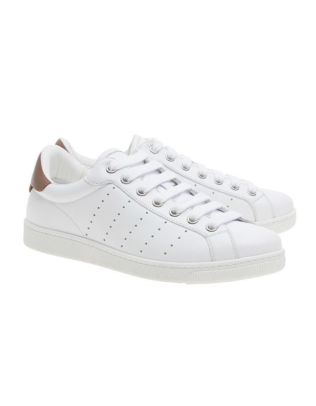Artikel klicken und genauer betrachten! - Leder-Sneaker Flache weiße Leder-Sneakers mit perforierten Streifen an der Seite, brauner Ferse mit Logo und Gummisohle.  Klasse Allrounder für einen sporty Look! | im Online Shop kaufen