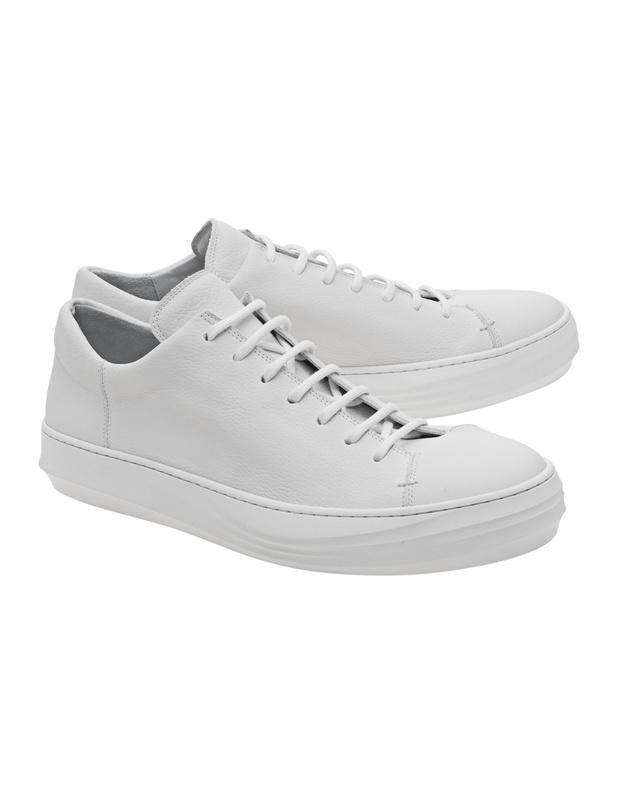 Artikel klicken und genauer betrachten! - Cleane Leder-Sneakers Diese flachen weißen Sneakers sind aus feinem Glattleder gefertigt und kommen im cleanen Design mit dicker Label geprägter Sohle.  Absolut angesagt - egal ob zu lässigen Jeans, Sweatpants oder Businesshosen!   im Online Shop kaufen