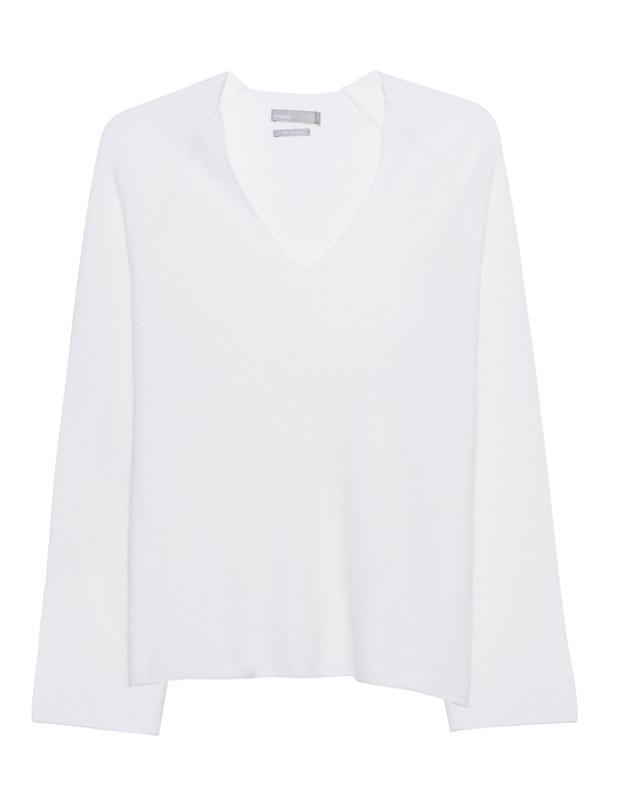 Artikel klicken und genauer betrachten! - Kaschmir-Pullover Locker geschnittener creme-weißer Feinstrick-Pullover aus luxuriösem Kaschmir mit femininem V-Ausschnitt und Raglan-Ärmeln.  Luxus pur der obendrein noch wunderbar warm hält!   im Online Shop kaufen