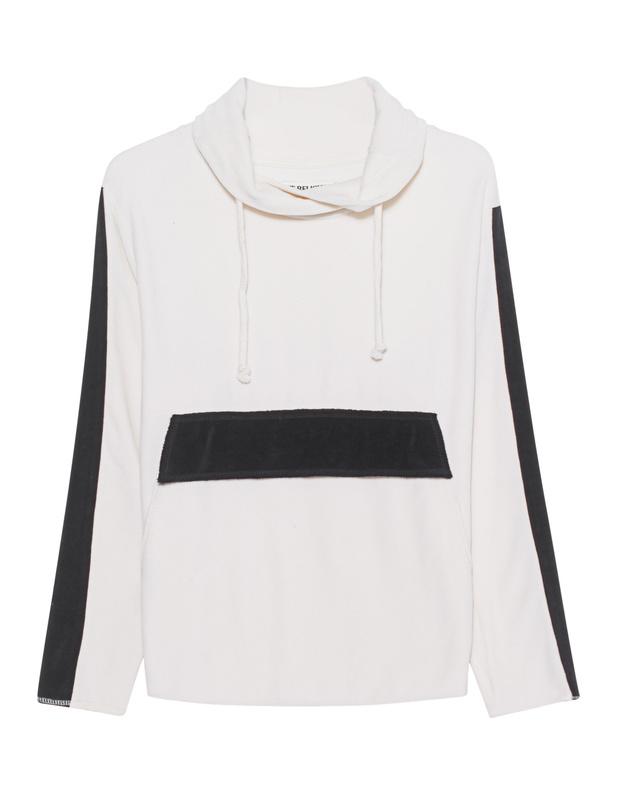 Artikel klicken und genauer betrachten! - Baumwoll-Mix-Sweatshirt Weißes Sweatshirt im lässigen Schnitt aus einem samtigen Baumwoll-Mix mit gemütlichem Rollkragen, Kängurutasche und Colour-Block-Details in Schwarz.  Perfekt für lässige Outfits an kühlen Herbst- und Wintertagen! | im Online Shop kaufen